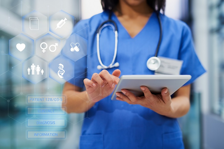 Das Bild zeigt eine Krankenschwester mit einem Tablet.
