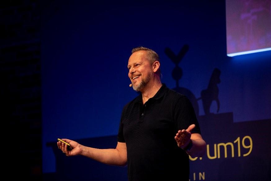 Auf dem Bild ist Mario Dönnebrink, CEO von d.velop, bei einer Präsentation zu sehen