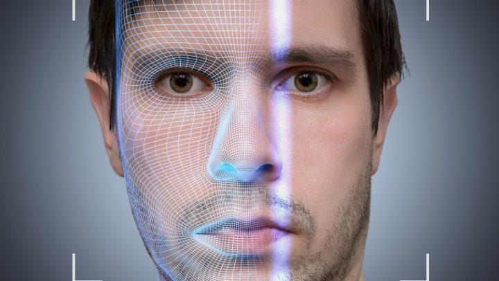 Ein biometrischer Scanner scannt ein männliches Gesicht.