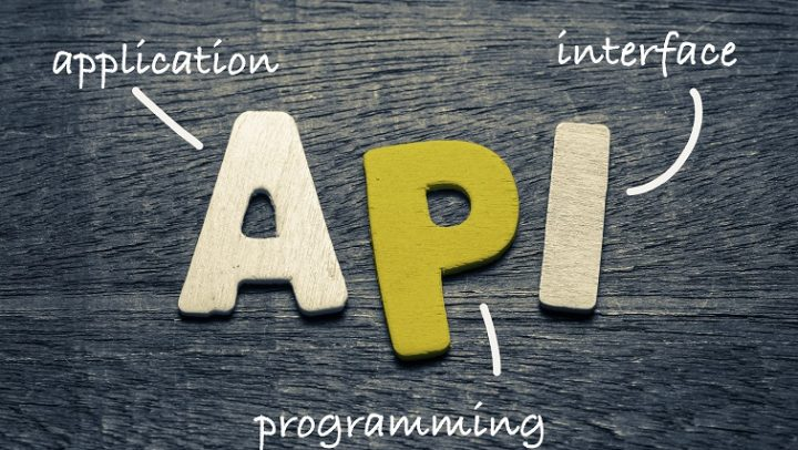 Auf diesem Bild sind die Buchstaben API auf einem Holz-Hintergrund zu sehen.