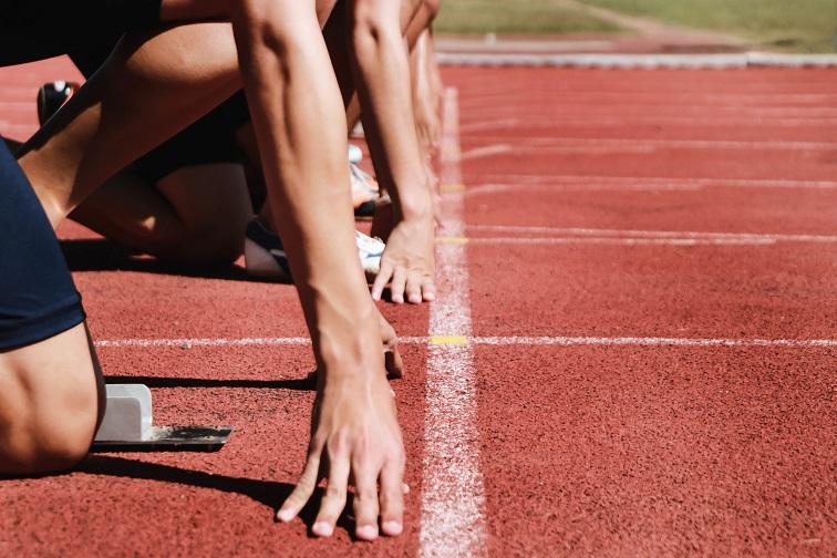 Sprinter stehen in Position und machen sich für den Start bereit.