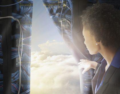 Eine Frau schiebt einen Vorhang beiseite und sieht Wolken