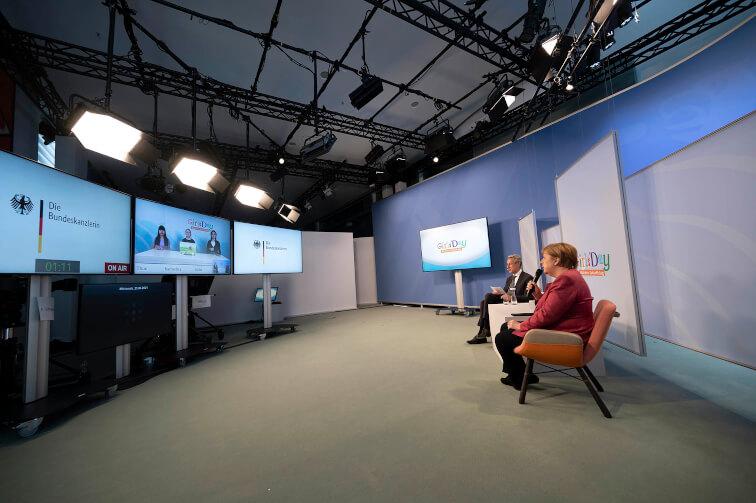 Bundeskanzlerin Dr. Angela Mergel und Hannes Schwaderer, Präsident der Initiative D21 eröffnen den Girls'Day 2021.