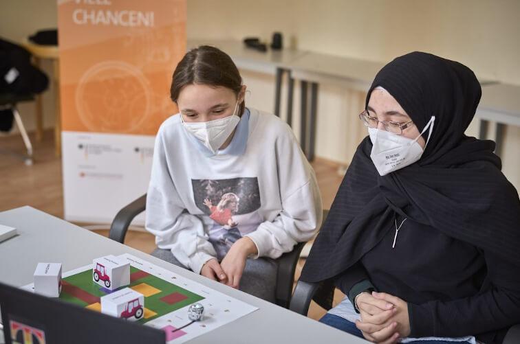 Girls'Day 2021: Berliner Schülerinnen lernen das Programmieren.